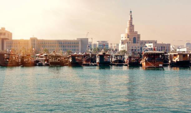 vue de remblai avec nombreux bateaux en bois traditionnels à doha, qatar - qatar photos et images de collection