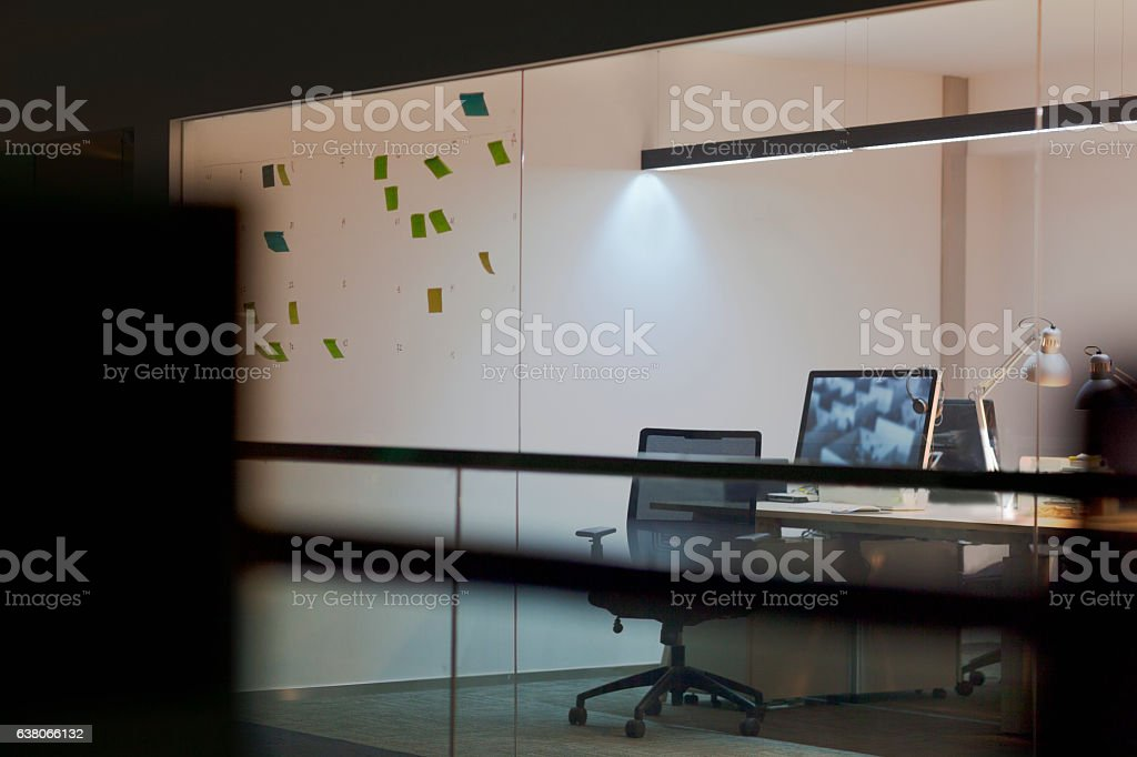 View of empty design studio at night - foto de stock