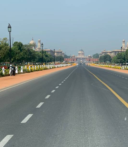 blick auf die leere straße in neu-delhi, indien - standbildaufnahme stock-fotos und bilder