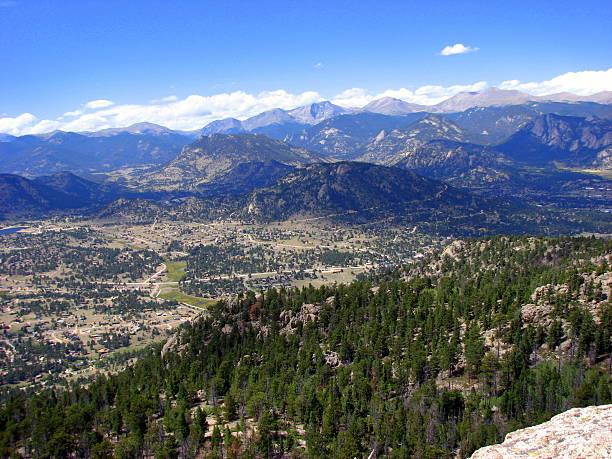 vista di estes park con vista sulle montagne - estes park foto e immagini stock