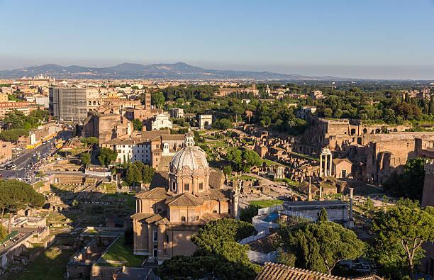 vue sur le forum romain et colosseum-italie - palais buccal photos et images de collection