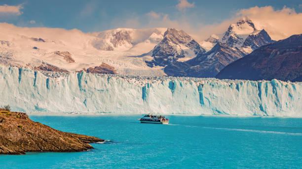 Blick auf Gletscher Perito Moreno in Patagonien und touristischen Boot – Foto