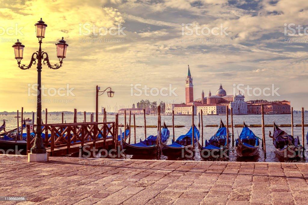 Vue des gondoles et de l'église de San Giorgio Maggiore à Venise au lever du soleil - Photo