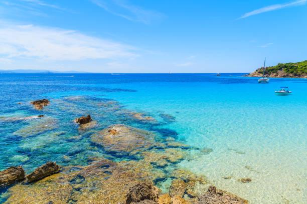 l'eau une vue grande sperone baie avec une mer bleu azur, corse, france - randonnée corse photos et images de collection