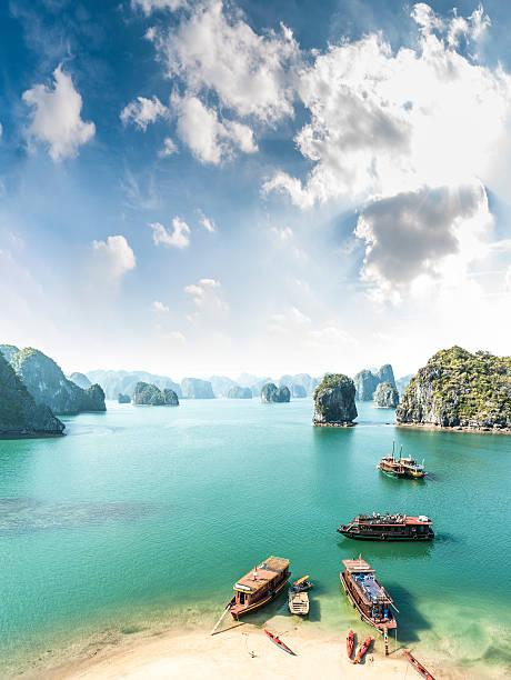 view of halong bay in vietnam - vietnam stockfoto's en -beelden