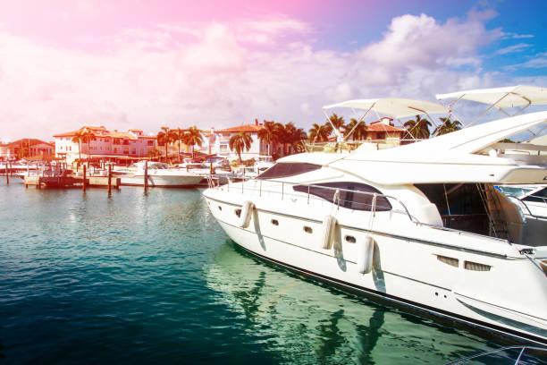 vista del muelle y marina con barcos amarrados - yacht fotografías e imágenes de stock