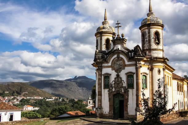 Blick auf historische Barockkirche Igreja Sao Francisco de Assis, Ouro Preto, UNESCO Weltkulturerbe – Foto