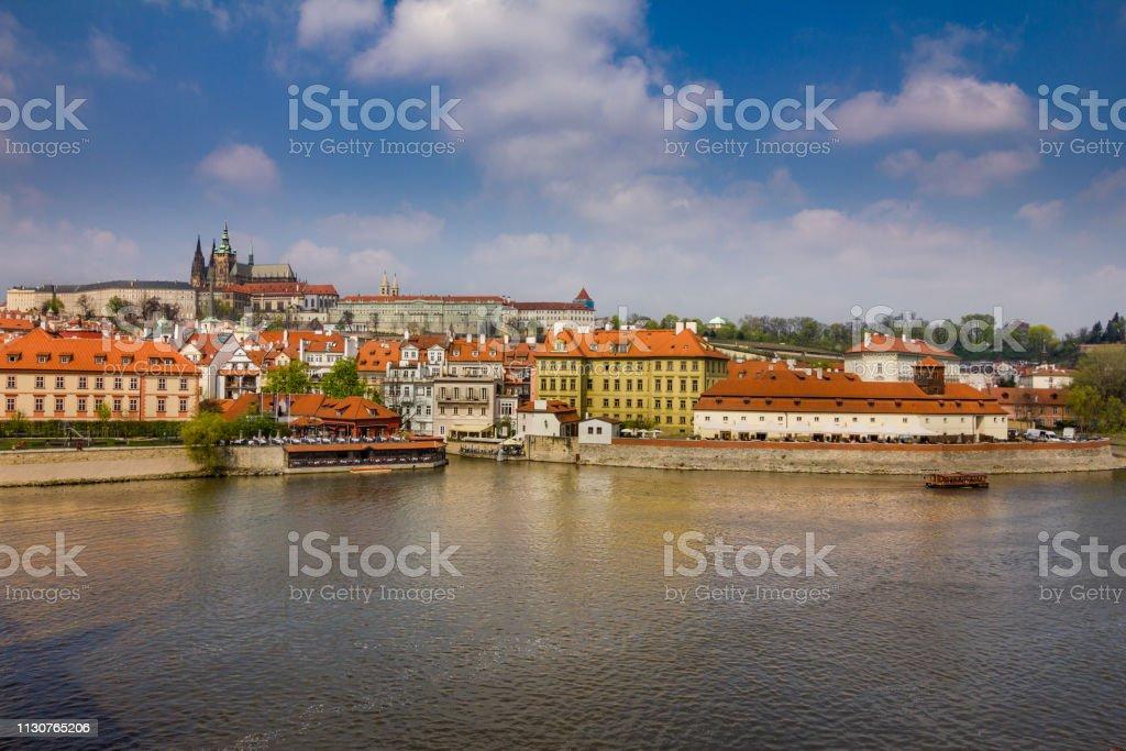 Blick auf das historische Zentrum von Prag, Gebäude und Wahrzeichen der Altstadt. Bootsfahrt auf der Moldau. Tschechische Republik. Top-touristische Attraktion in Europa. – Foto