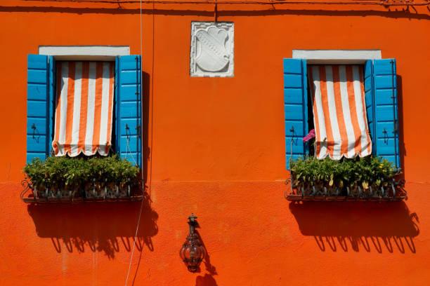 Blick auf Haus Fenster mit Rollladen in Burano Venedig Italien – Foto