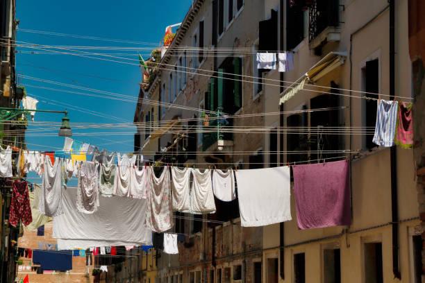 Blick auf Häuser und Straße in der Altstadt Venedig Italien – Foto