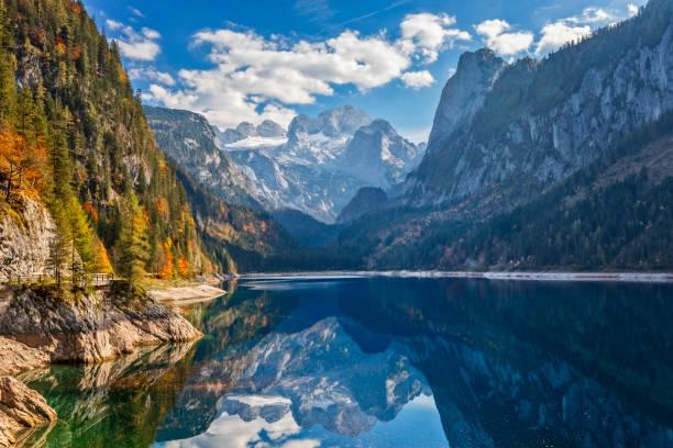 Blick auf den idyllischen bunte Herbstlandschaft mit Dachstein Berg am See Gosau – Foto
