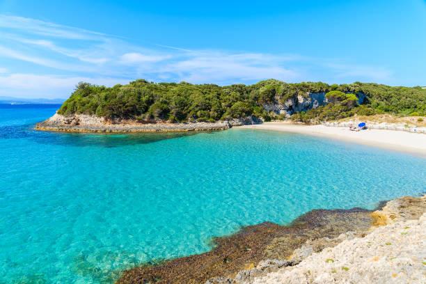 une vue idyllique plage de sperone petit avec l'eau de mer turquoise cristalline, corse, france - randonnée corse photos et images de collection