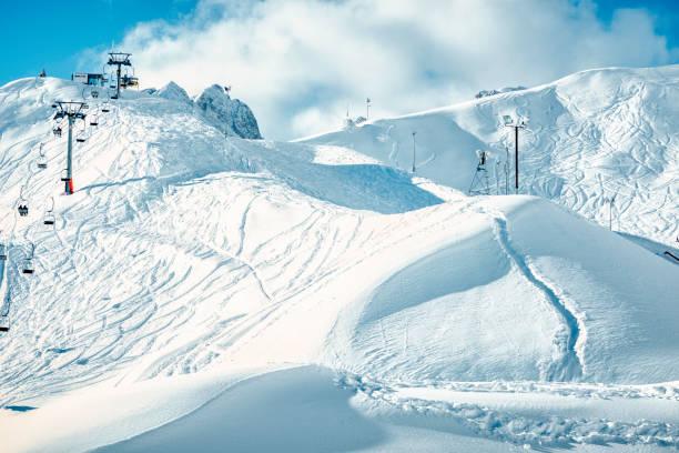 weergave van innsbruck kabelbaan op een mooie en zonnige dag. oostenrijk - skipiste stockfoto's en -beelden