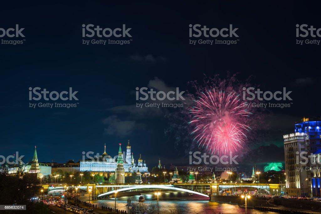 모스크바, 러시아에서 블루 시간 동안 불꽃놀이와 크렘린의 보기. 러시아에서 9 5 월 승리 일 축 하 royalty-free 스톡 사진