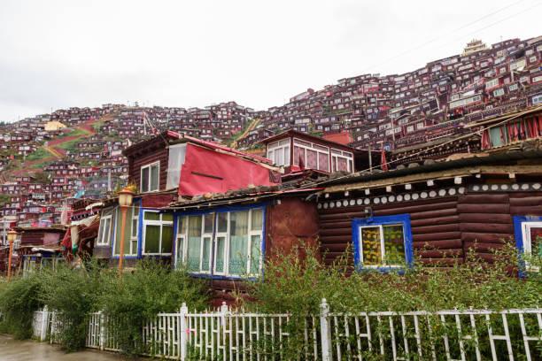 la rung vadisi 'nde la rung gar budist akademisi görünümü, la rung gar (luoruo) seda (sertar), sichuan, çin, 9 kasım, 2018. - ganzi tibet özerk bölgesi stok fotoğraflar ve resimler