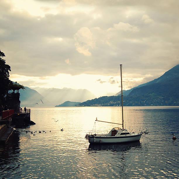 Blick auf den Lago di Como auf den Sonnenuntergang. Unter Foto. – Foto