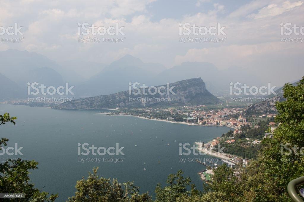 Vue du lac de garde, Italie. Une vue de la ville italienne. Lac de garde. Riva del Garda - Photo