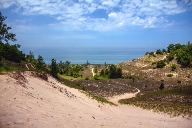 uitzicht op lake michigan over de duinen in het indiana dunes national park - nationaal park stockfoto's en -beelden
