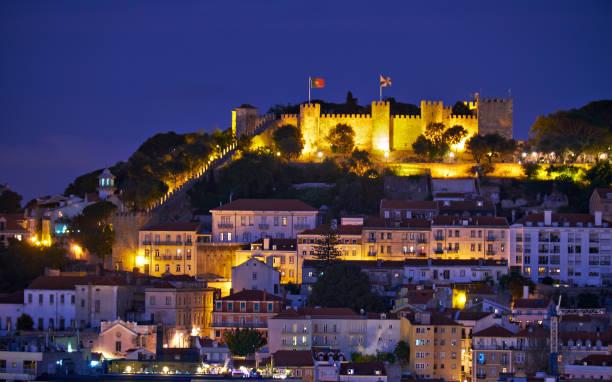 Blick auf Lissabon in der Nacht mit St Jorge Castle – Foto