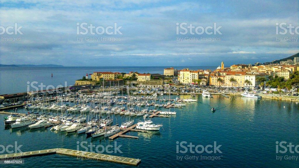 Vista del puerto deportivo y la ciudad de Ajaccio, Francia - foto de stock