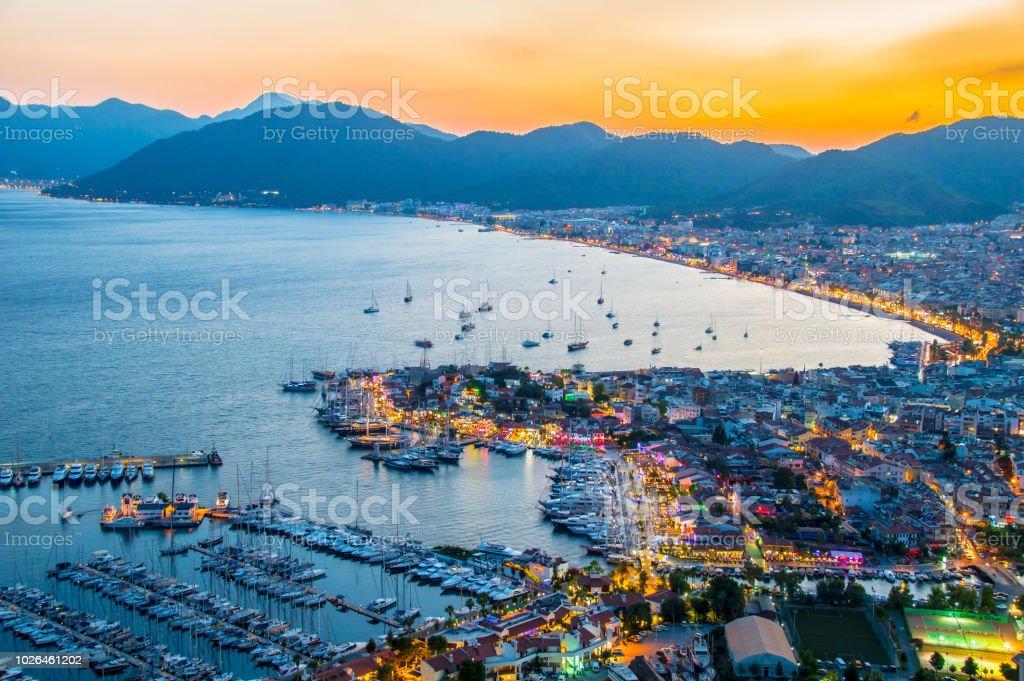 Blick auf Marmaris harbor an der türkischen Riviera bei Nacht – Foto
