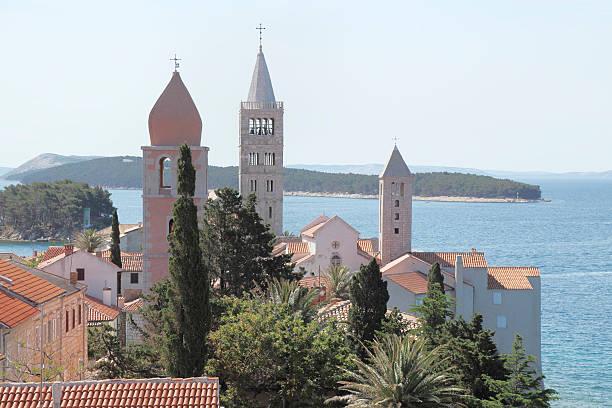 Blick auf mediterranen mittelalterlichen Kirche bell tower Dächer Rab Kroatien – Foto