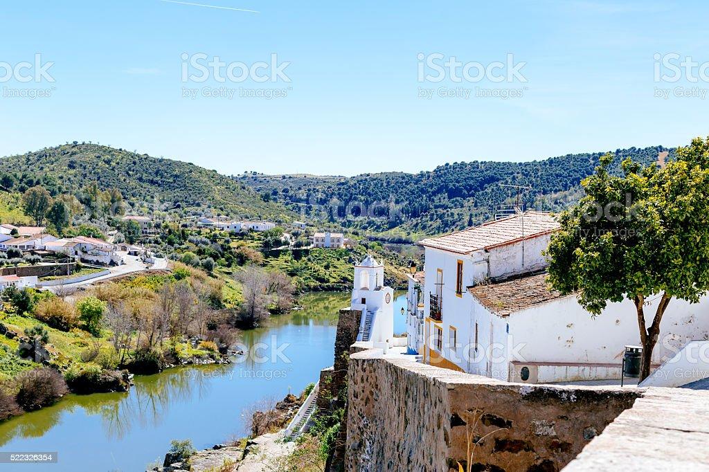 Blick auf Mertola Stadt und die Guadiana, Portugal. – Foto