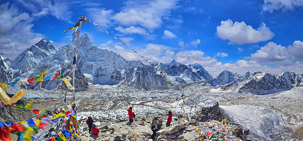view of mount everest and nuptse  with buddhist prayer flags - népal photos et images de collection