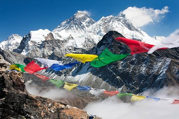 blick auf den mount everest von see gokyo ri - nepal tibet stock-fotos und bilder
