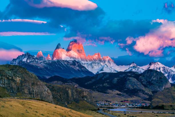 Blick auf den Mount Fitz Roy im Morgensonnenschein im Dorf El Chalten – Foto