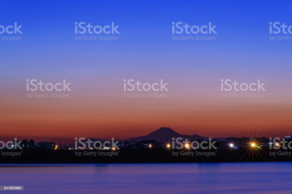 夕暮れ時の葛西臨海公園からの富士山の眺め ストックフォト