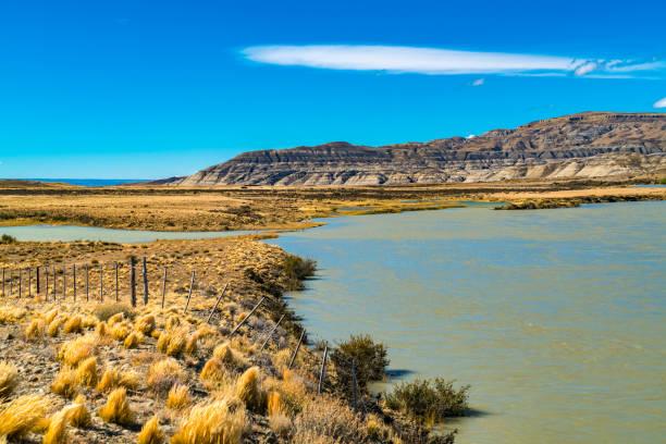 Blick auf Berg und See am Wegesrand nach El Chalten – Foto