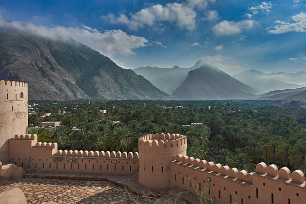 view of  mountains and date palms - oman 個照片及圖片檔