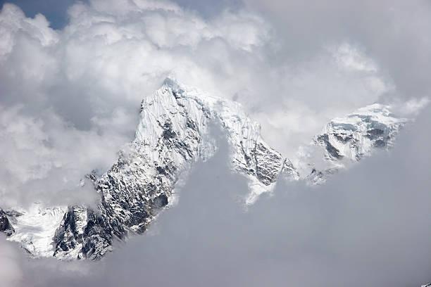 남퐁 산 구멍을 통해 클라우드, 히말라야 스톡 사진
