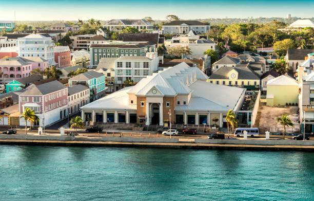 mening van nassau stad, hoofdstad van bahamas. - nassau new providence stockfoto's en -beelden