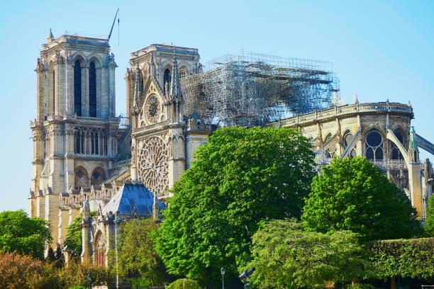 Blick auf die Kathedrale Notre Dame ohne Dach und Turm – Foto