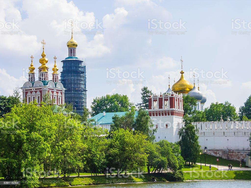 Вид Новодевичий монастырь из пруда, Москва, Россия стоковое фото