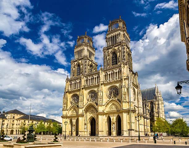 blick auf die kathedrale von orleans-france, der region center - französisches haus dekor stock-fotos und bilder