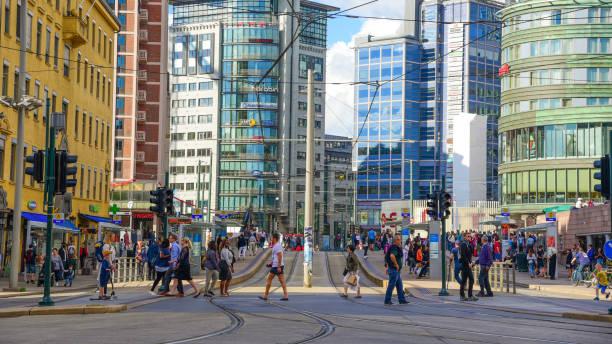 uitzicht op oslo city hall en straatbeeld met mensen en reiziger / oslo, noorwegen - oslo city hall stockfoto's en -beelden