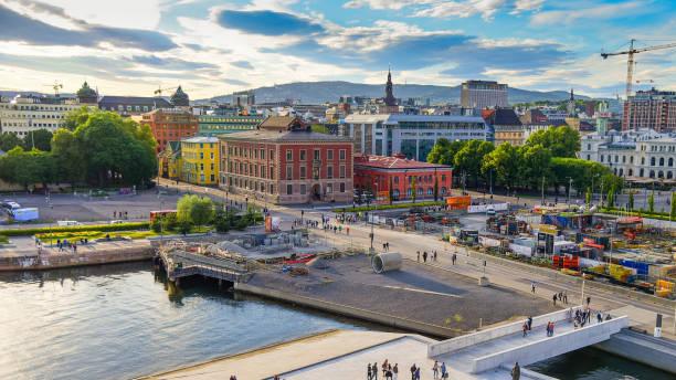 weergave van het stadhuis van oslo met haven / oslo, noorwegen - oslo stockfoto's en -beelden