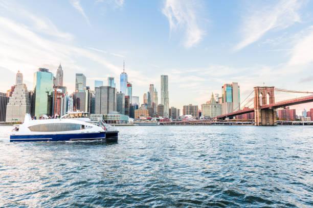 weergave van buiten in openlucht in nyc new york city-brooklyn bridge park in east river, stadsgezicht skyline op dag zonsondergang, wolkenkrabbers, gebouwen, tour boot, mensen, toeristen - veerboot stockfoto's en -beelden