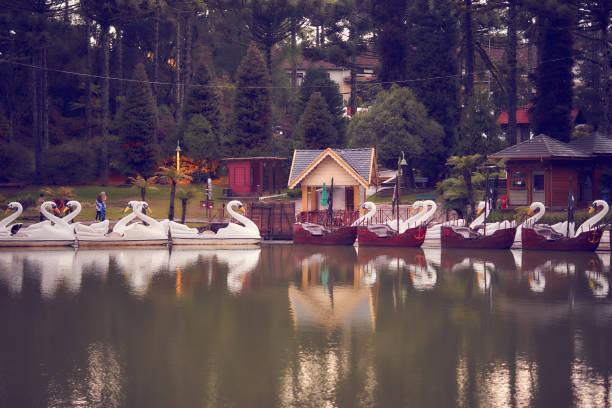 Ansicht von Tretbooten am Schwarzen See in der Stadt Gramado. – Foto