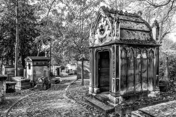 weergave van pere lachaise kerkhof - mausoleum stockfoto's en -beelden
