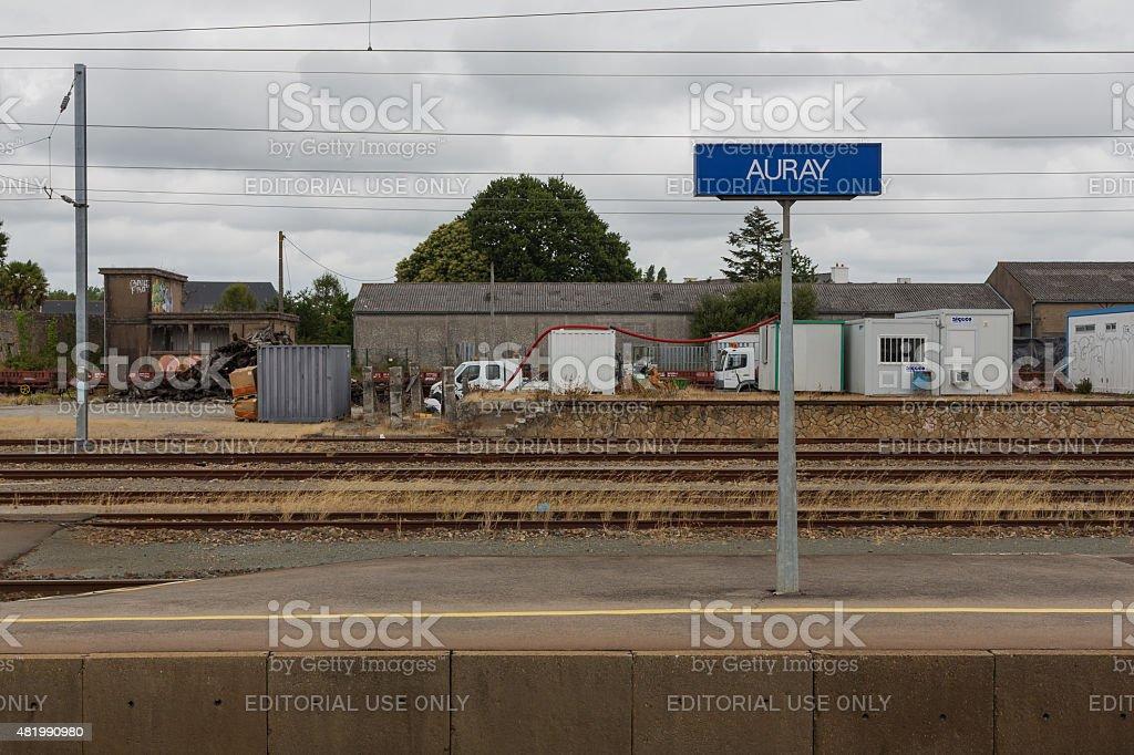 Vista de las plataformas en la estación del tren de Auray - foto de stock