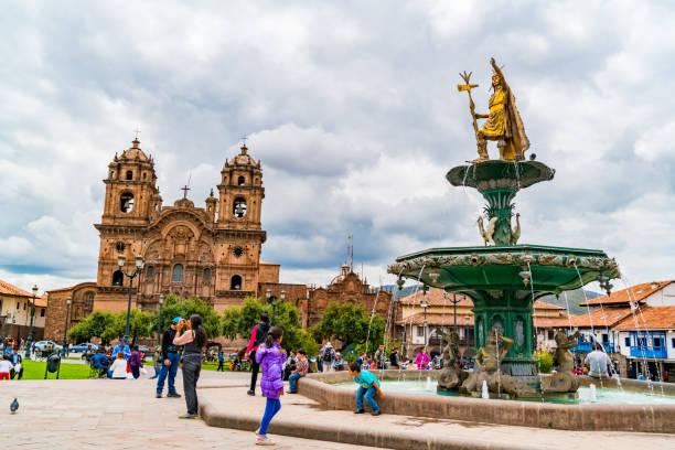 Blick auf die Plaza de Armas mit der Statue von Pachacuti und der Basilika Mariä Himmelfahrt in Peru – Foto