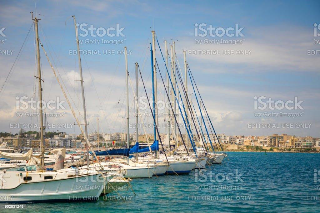 Vista do porto de Otranto de castelo aragonês, província de Lecce, na Península de Salento - Foto de stock de Aldeia royalty-free