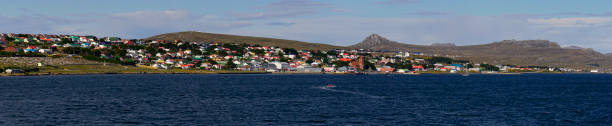 weergave van port stanley van de haven - port stanley falkland islands stockfoto's en -beelden