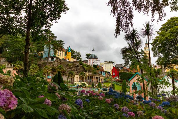 uitzicht op portmeirion village door bomen - caernarfon and merionethshire stockfoto's en -beelden