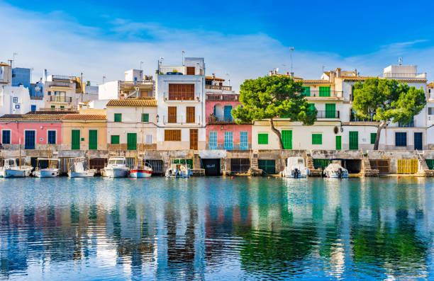 Vue du port de Porto Colom avec ses maisons colorées sur les îles Baléares, Majorque, Espagne - Photo