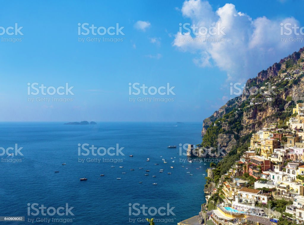 Vista de Positano contra o mar Mediterrâneo, em um dia ensolarado - foto de acervo